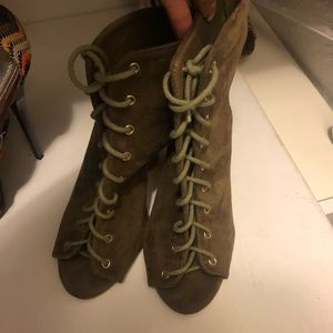 Shoes - Olive lace up heeled booties 5.5